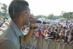Singer-and-crowd-Photo-by-tony-Griffiths